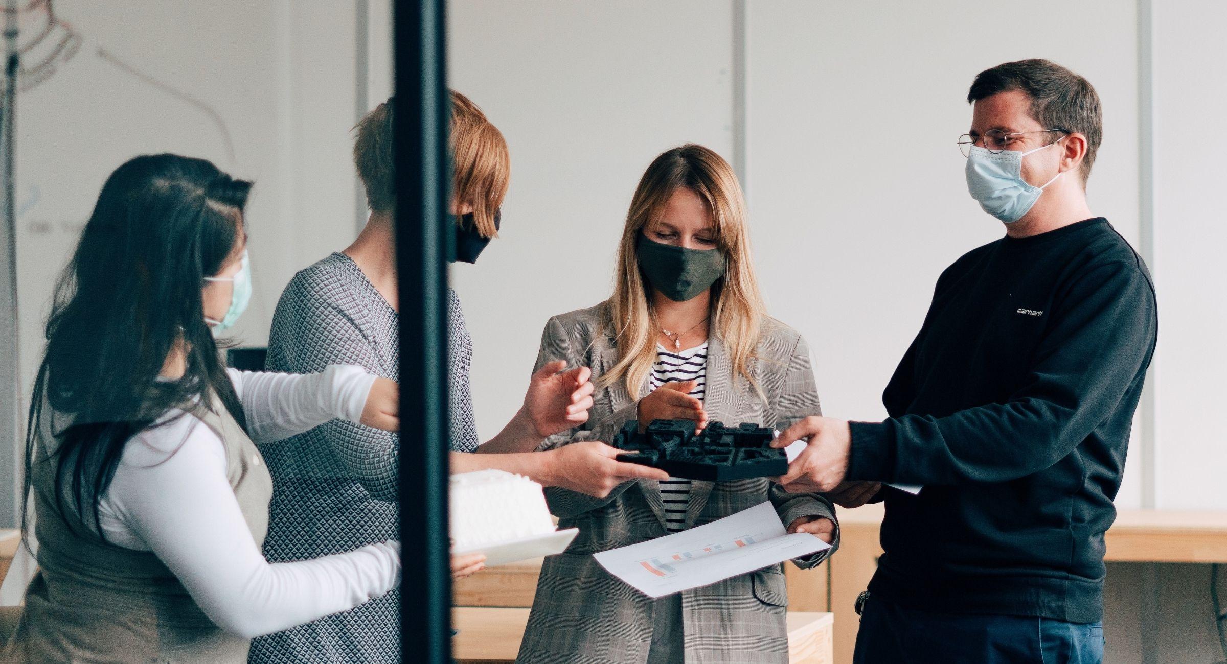 Ein symbiotischer Arbeitsplatz: Jenya (zweite von rechts) und Simon (ganz rechts) aus dem 3D-Team arbeiten eng mit dem Design-Team zusammen.